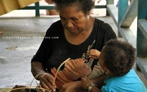 Mama Orpah Mayor Sedang Menganyam