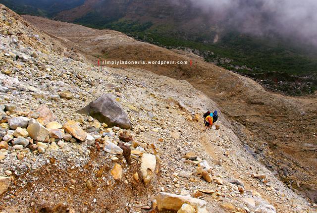 Beberapa Pendaki Menuju Ke Pos Registrasi Pendakian