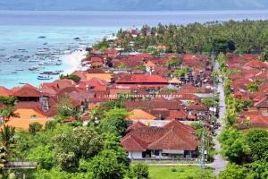 Pantai Jungut Batu dilihat dari perbukitan Nusa Lembongan