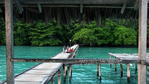 Bermain Bersama Anak-anak Waiwo Dive Resort