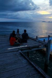 Menikmati Sunset Di Dermaga Waiwo