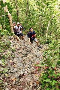 Trek Menuju Puncak Wayag Satu 01