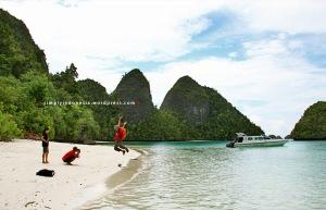 Begajulan Di Pantai Pulau Wayag