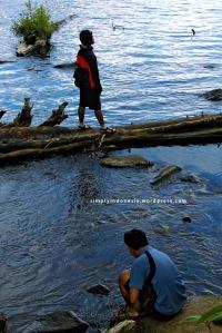 Bayu dan Murdam di Tepian Danau Bagian Barat