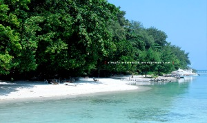 Pantai di depan blue lagoon