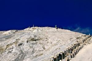 Pekerja pembersih deposit pasir erupsi Gunung Bromo