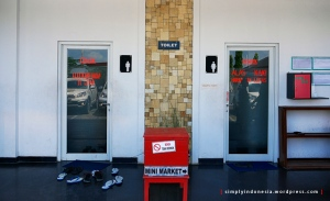 Lepas alas kaki di toilet Jeruksing, Ponorogo