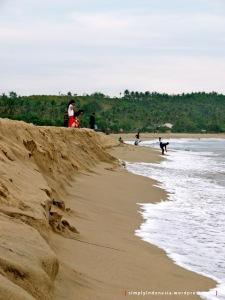 Muda-mudi menikmati sore di Pantai Ciantir