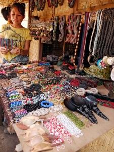 Penjual pernak-pernik di Sade Rembitan
