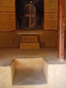 Tangga rumah tradisional Suku Sasak Sade