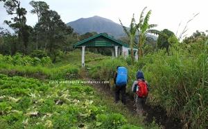 Gapura Selamat Datang Wisata Alam Gunung Kerinci di Taman Nasional Kerinci Seblat