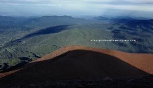 Bayangan puncak Gunung Kerinci berlatar belakang pemandangan arah barat