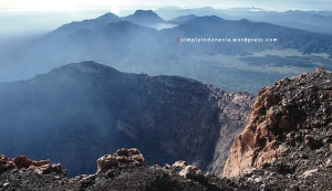 Kawah Gunung Kerinci berlatar belakang Danau Gunung Tujuh