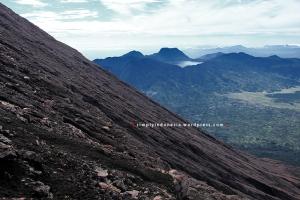 Sudut kemiringan trek menuju Puncak Gunung Kerinci berlatar belakang Danau Gunung Tujuh